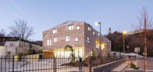 budynek administracyjny w kształcie puzli 3d z kamienia fasada w Kastav