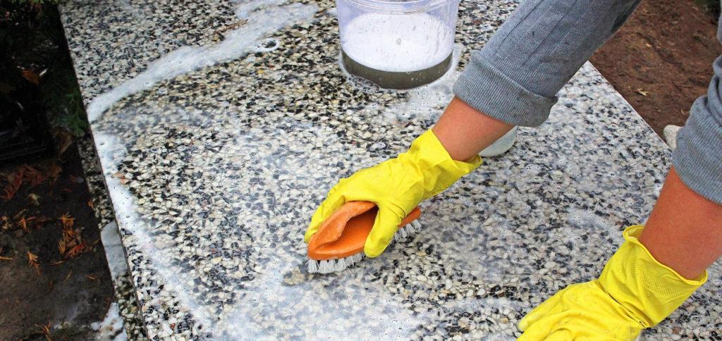 Jak prawidłowo zadbać o nagrobek jak czyścić nagrobki? środki do czyszczenia nagrobków